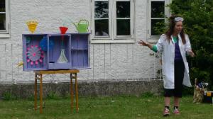 Premiär på Sagomaskinen i Dalby.  Efter föreställningen var det många frågor från barnen i publiken, som ville hem och bygga egna sagomaskiner.